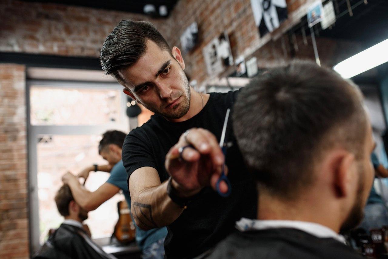 Игорь — парикмахер с 12-летним стажем, специализируется на мужской стрижке