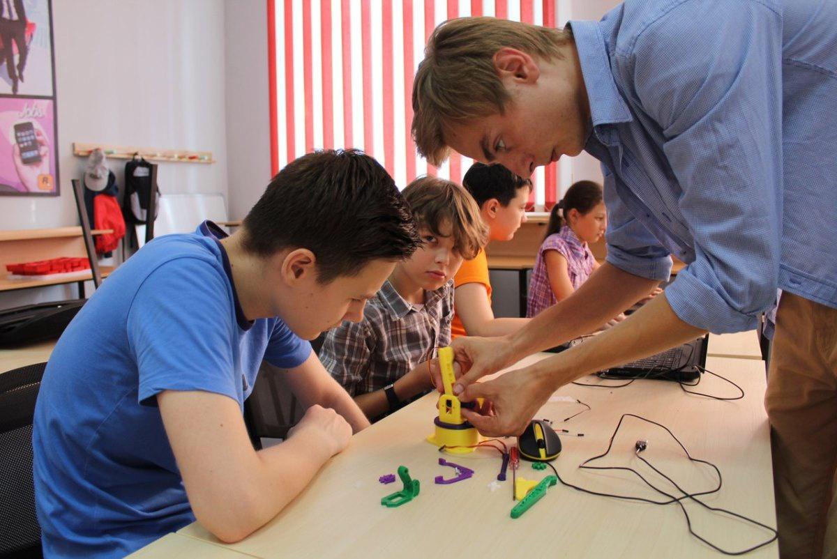 Владиславу нравится учить детей сборке роботов — один урок заряжает его энергией на весь день