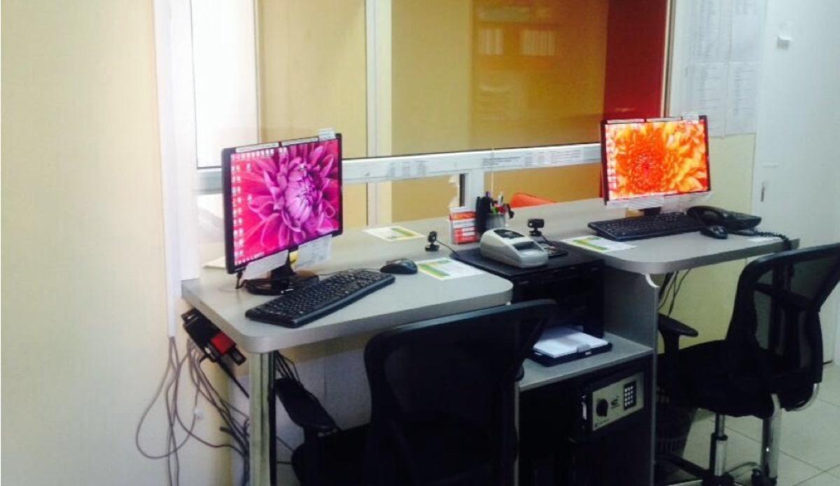 Рабочее место сотрудника «До зарплаты» — компьютер, телефон, сейф и детектор купюр