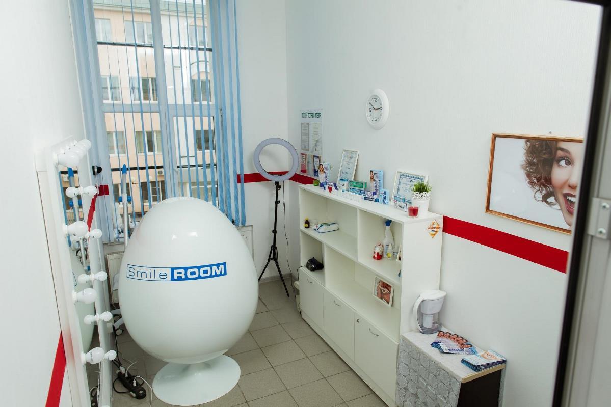 На 8 квадратах компактно умещается кресло для процедур, шкаф с расходниками и товарами, зеркало и кольцевая лампа для фото