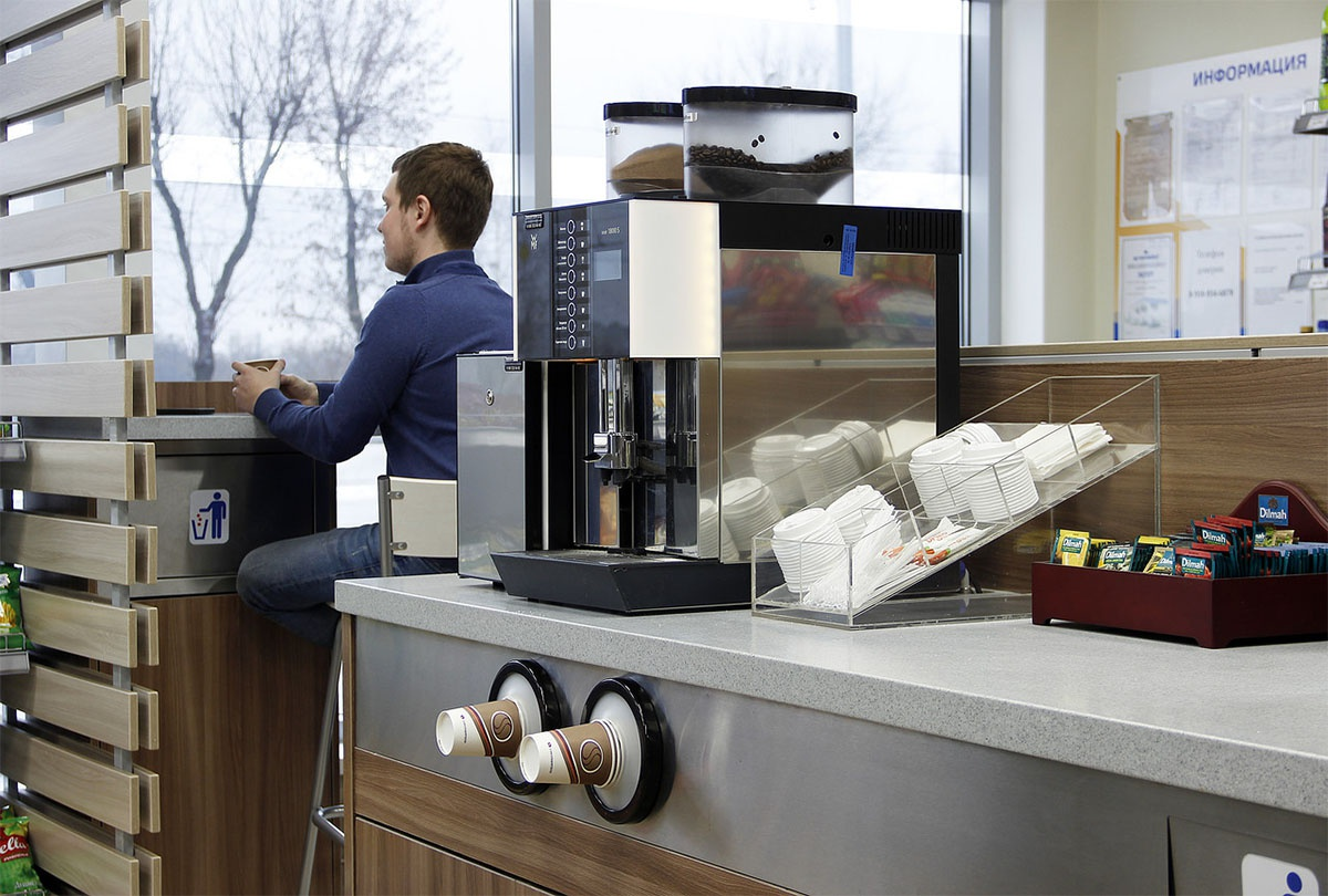 На заправке устанавливаются кофемашины с дистанционным мониторингом и управлением. Покупатели наливают себе кофе самостоятельно, экономя время оператора