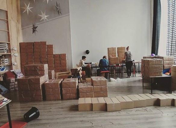 В новом просторном офисе Настасье есть где разложить коробки с подарками